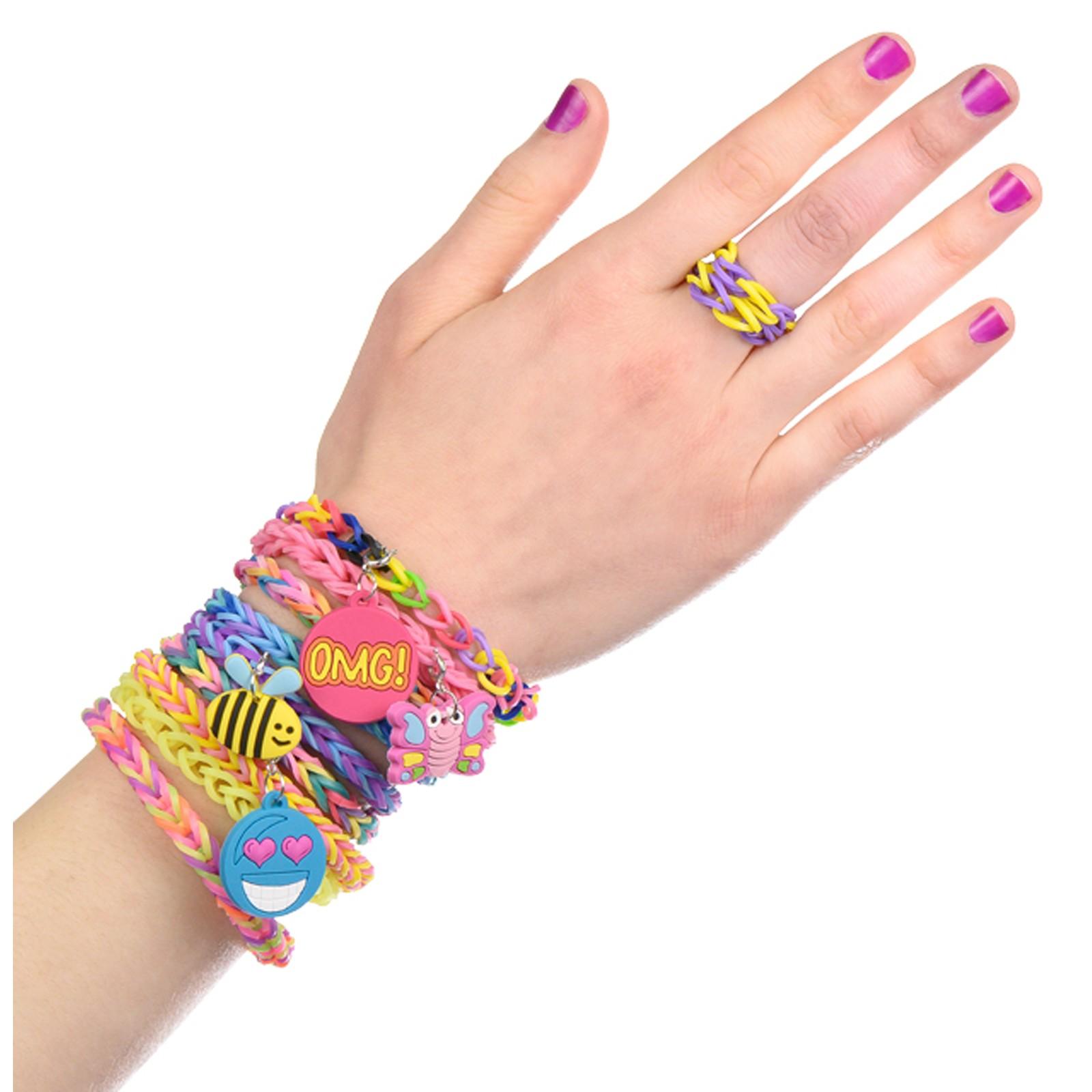 рука с украшениями из резиночек