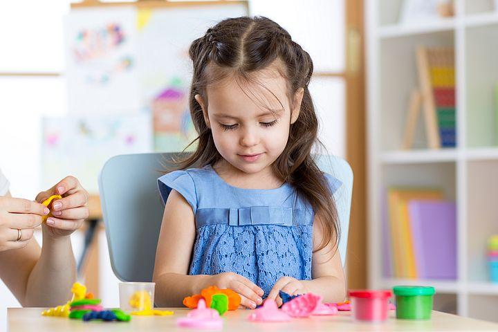 девочка лепит из теста-пластилина genio kids