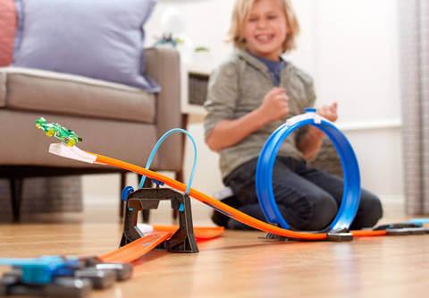 дети играют с hot wheels