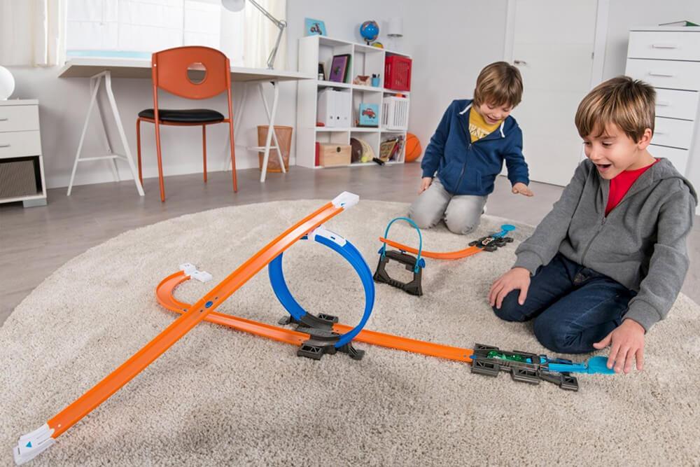 дети играют с треком hot wheels