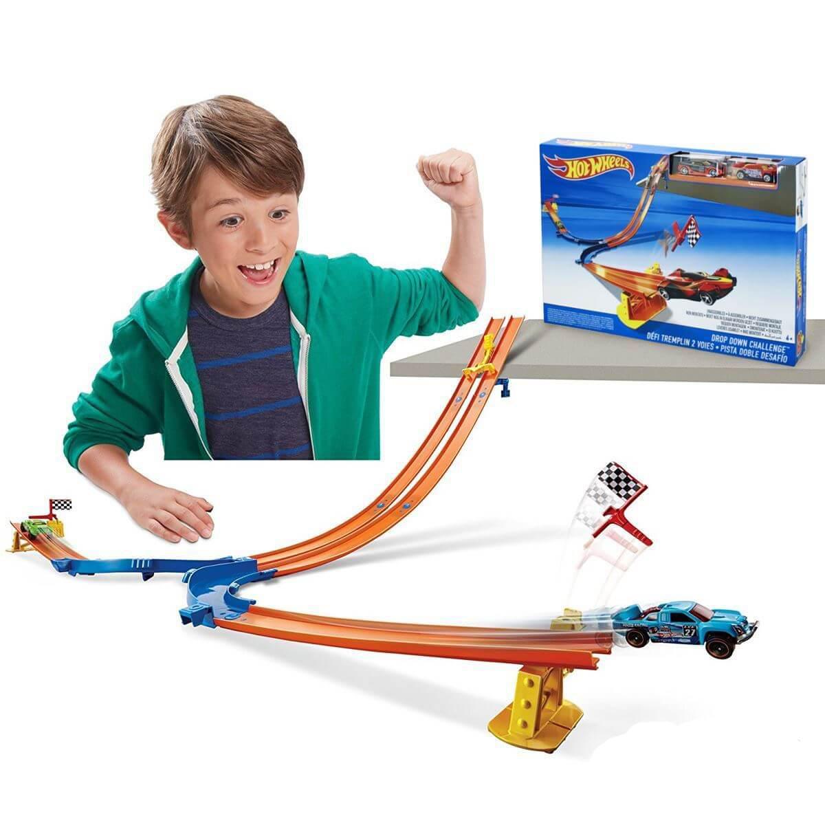 ребенок играет с hot wheels