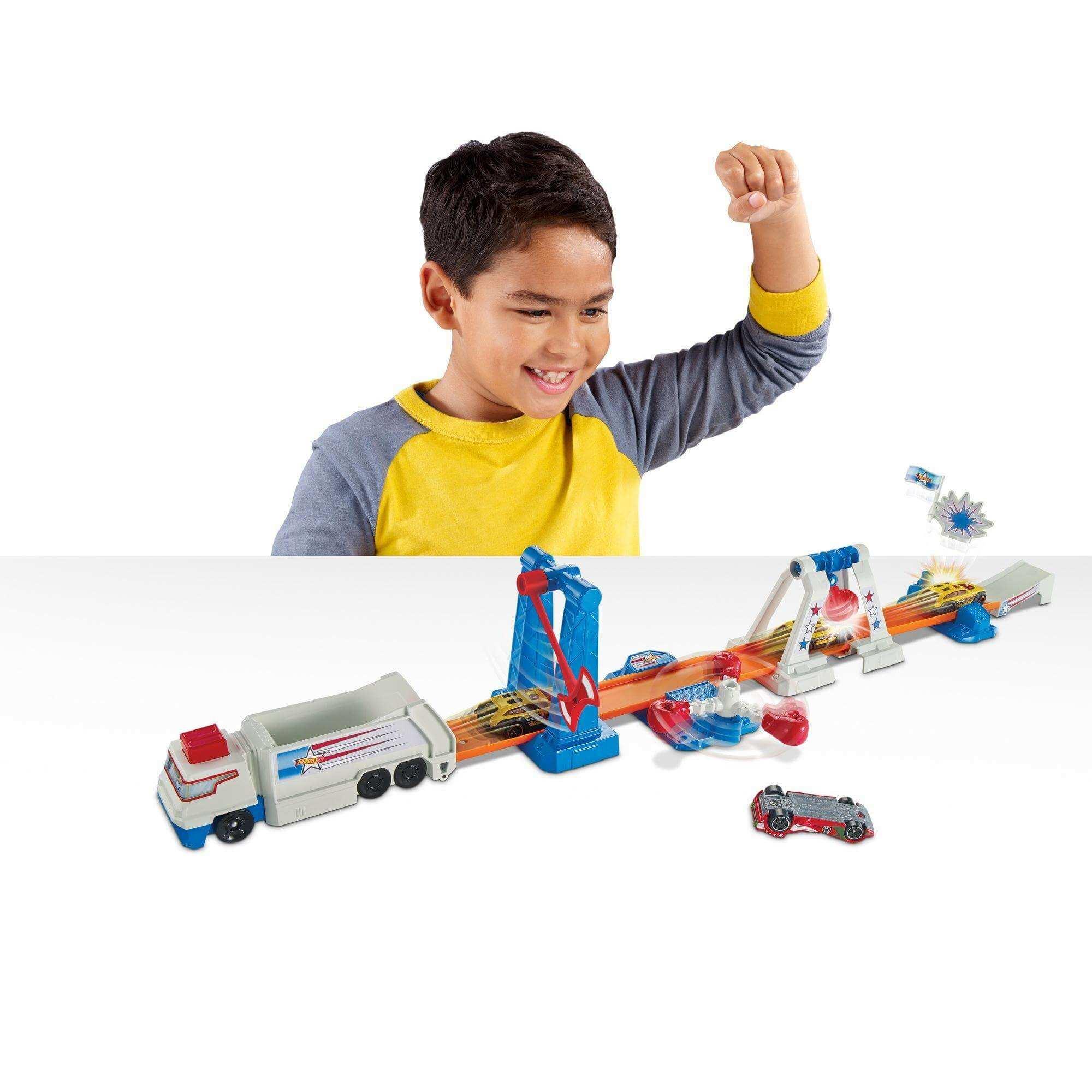 мальчик играет с набором