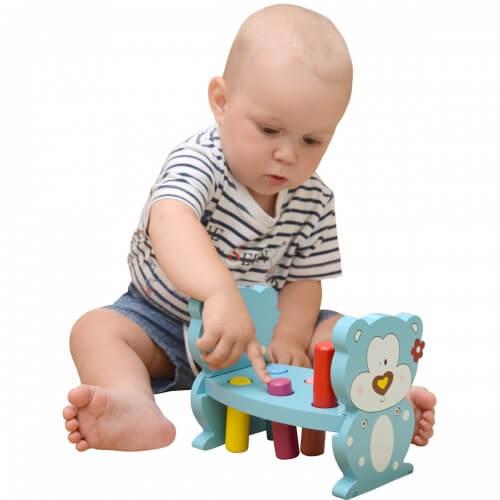 мальчик играет со стучалкой-забивалкой мишка